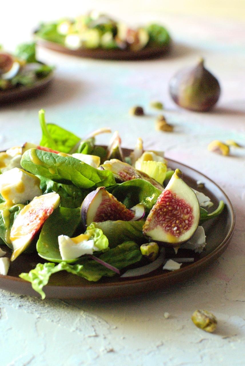 sałatka ześwieżymi figami fetą i sosem miodowo-musztardowym prosty przepis