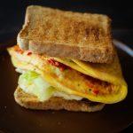 Kanapka z tostów z omletem. Przepis na domowy fast-food!