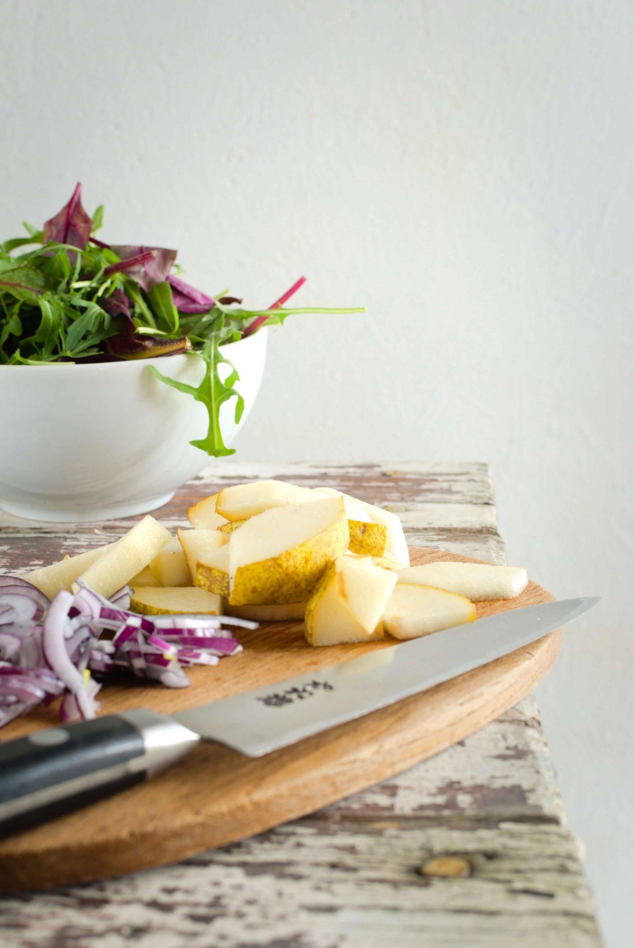 Sałatka z gruszką i serem pleśniowym brie