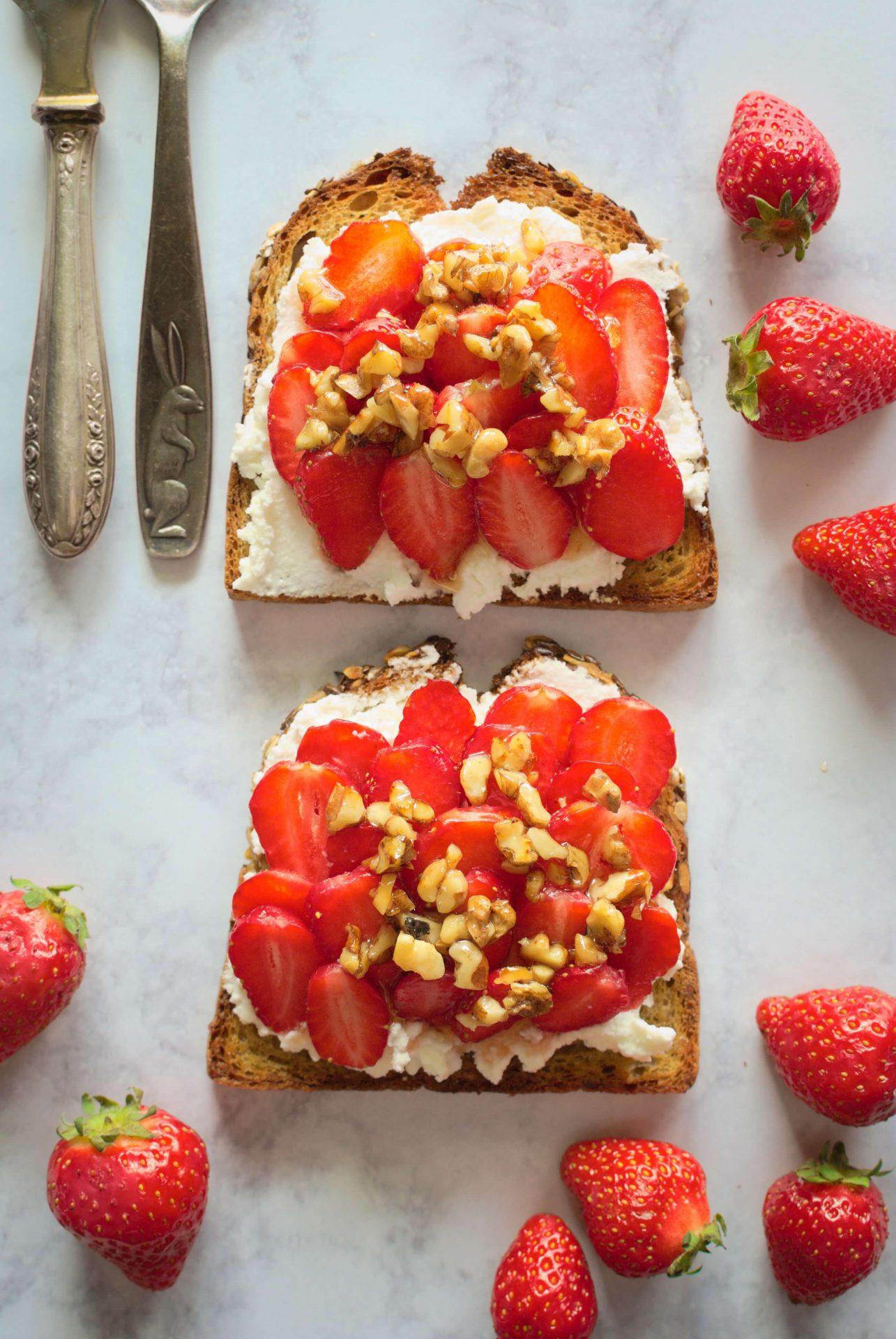 Grzanki z ricottą i truskawkami -pomysł na lekkie i zdrowe śniadanie na słodko