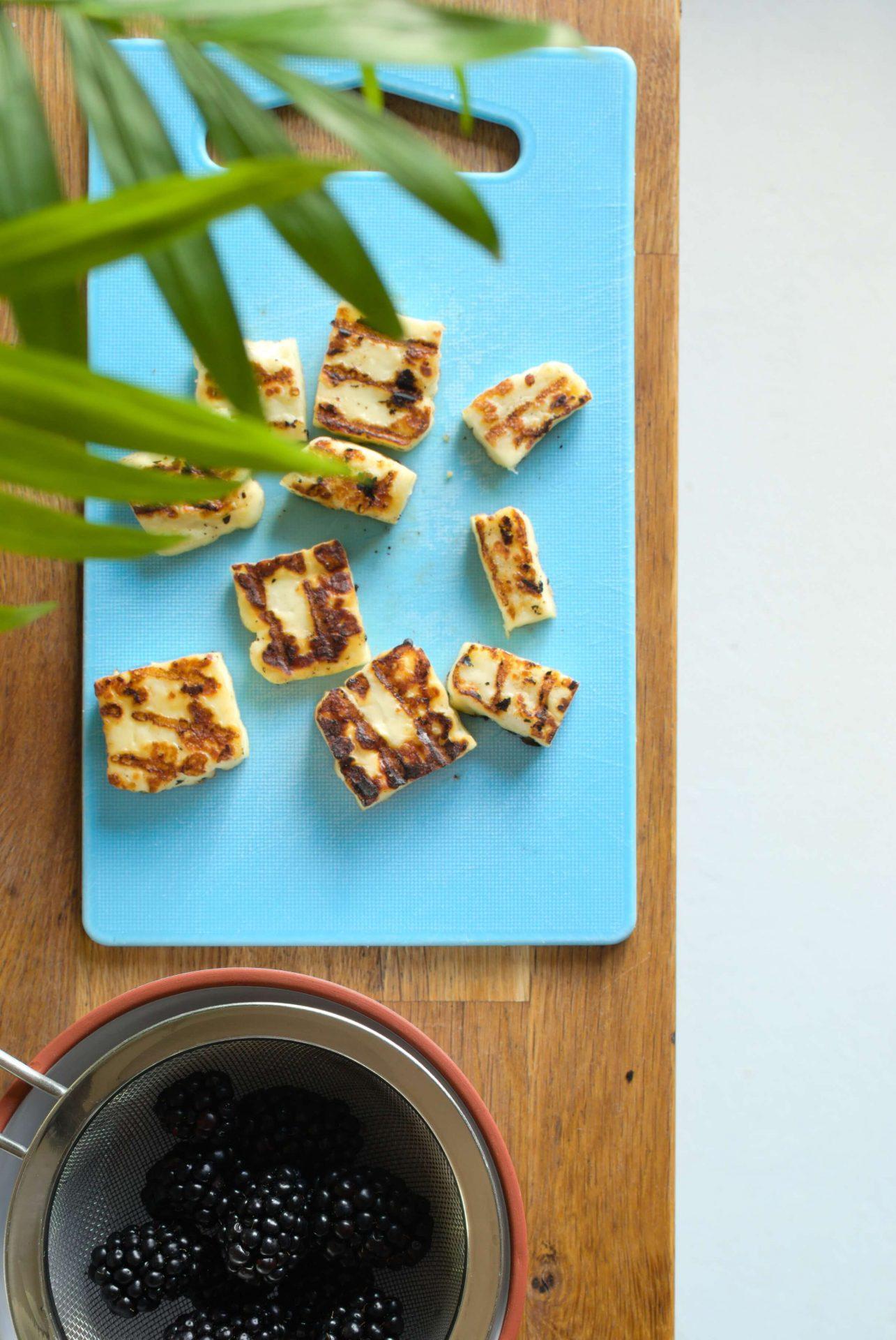 Lekka sałatka z serem halloumi i jeżynami
